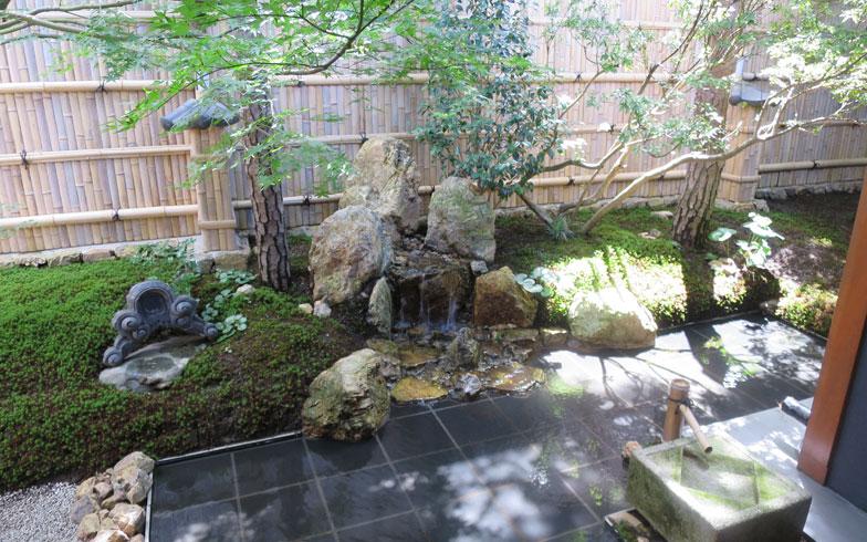 【画像1】こちらは、「庭匠 風玄 東京」が手がけたさいたま市浦和区常盤にある「料亭 玉家」のお庭。よく見ると中心部に石組が配されている(写真撮影/末吉陽子)