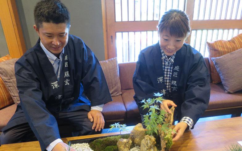 【画像2】京都で庭師修行を積んだお二人。社寺や店舗、個人宅まで、さまざまな日本庭園を造ってきた深津さん(左)と堀内さん(右)(写真撮影/末吉陽子)