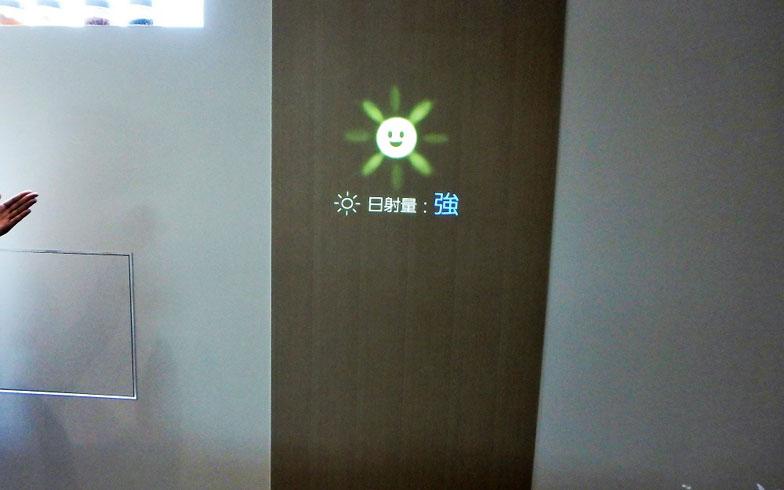 【画像8】「あかりちゃん」がセンサーなどを活用し、屋内外の環境を感知。「日差しが強くなってきたので、リビングのブラインドを閉めますね」と、適切な照度や室温にコントロールしてくれる(写真撮影/ヨシダミホ)