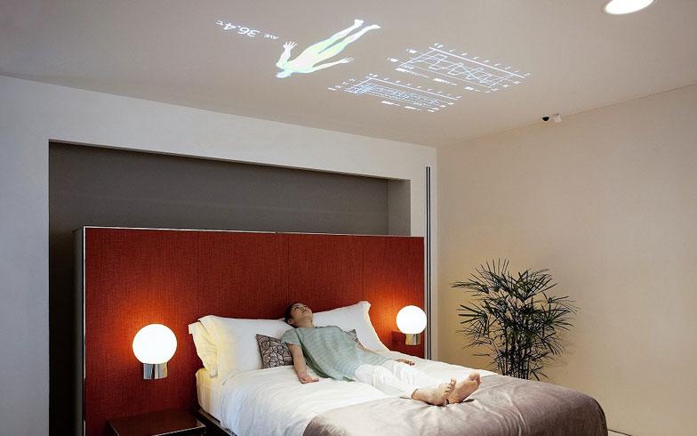 【画像9】就寝中には、ベッド上に組み込まれたセンシングデバイスが心拍数や呼吸数、寝返りの頻度、レム・ノンレム睡眠まで感知し、天井にデータを表示。0.1mmの体の動きもキャッチするので、布団にくるまっていても、どんな寝相でも感知できる(写真提供/パナソニック株式会社)