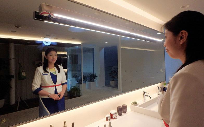 【画像10】鏡の前に立つだけで、「あかりちゃん」は体の状態に加え、気持ちまで感知。暖かい色の照明に変わり、ゆるやかなBGMが流れ始める(写真撮影/ヨシダミホ)