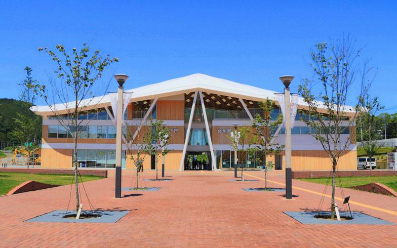 【写真2】JR女川駅は新しいシンボル的存在。1階は改札やお土産屋など、2階には震災前に駅の隣にあった「女川温泉ゆぽっぽ」が再開、3階は展望フロアがある(画像提供/女川町)