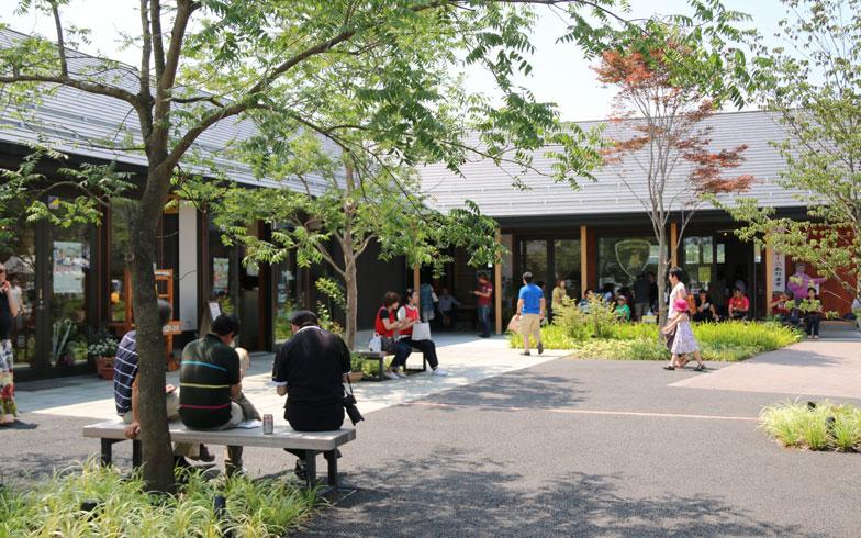 【写真3】「シーパルピア女川」は歩行者専用道路のプロムナードと一体化した中庭空間を設け、散策や回遊をしながら住民や観光客が憩える場所になっている(画像提供/女川町)