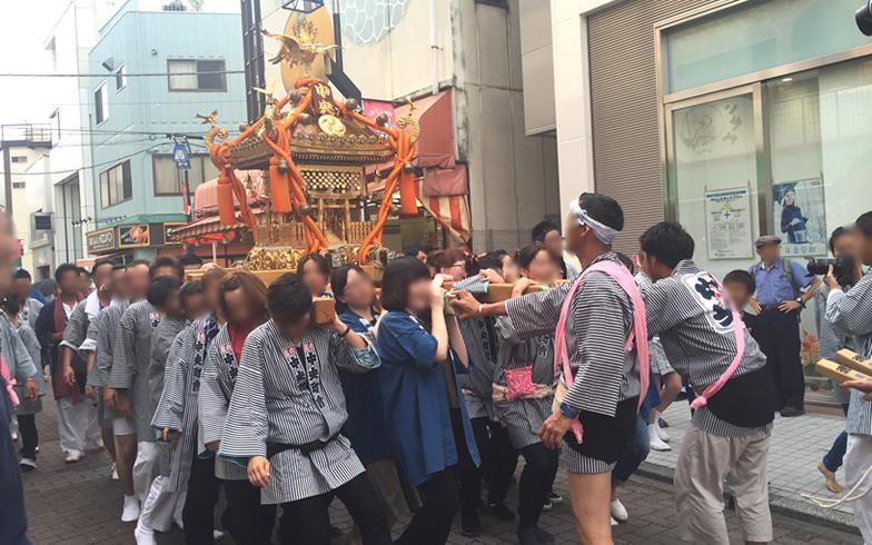 【画像5】亀有の商店街を、神輿を担いで練り歩く人々。筆者もこのあと少しだけ、担がせてもらった(写真撮影/SUUMOジャーナル編集部)