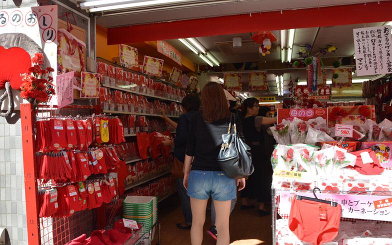 【画像1】巣鴨名物の赤パンツを販売するマルジ洋品店にも若者の姿が目立つようになった。ちなみに千原ジュニアもこの店の赤パンツの愛用者だとか(写真撮影/鈴木さや香)