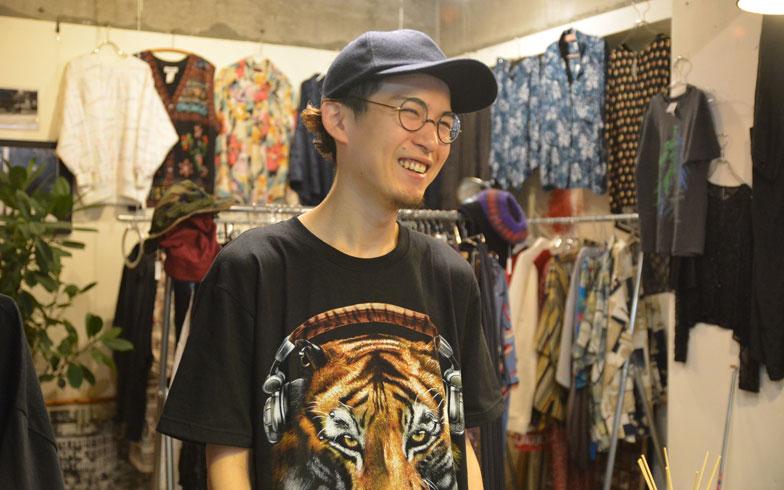 【画像2】熱く巣鴨愛を語る、古着屋「humor」店主の山本さん(岐阜県出身・27歳)。お店はとげぬき地蔵近くのビルの2階にある(写真撮影/鈴木さや香)
