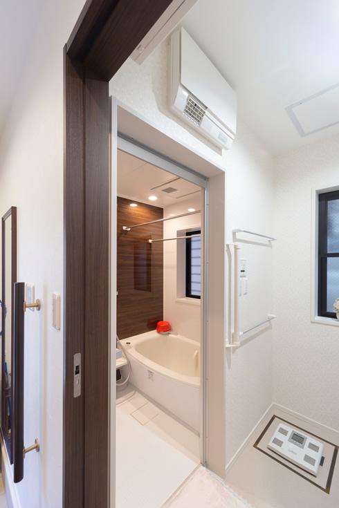 【画像4】浴槽はTOTO製の広めのサイズ。洗面室には最新式の「ドライヤー機能付き暖房機」が付いている(写真撮影/杉浦幹雄)
