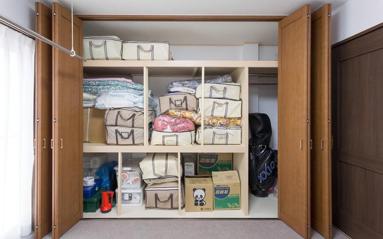 【画像8】クローゼットは扉を開けると布団が入る押入れサイズ。「親と同居したときのために、布団が入る奥行きが欲しい」という妻のアイデアを実現(写真撮影/杉浦幹雄)