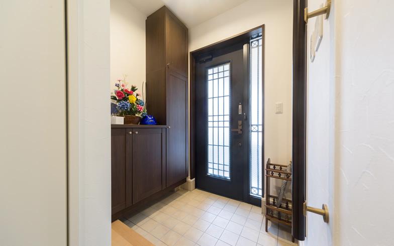 【画像9】玄関ドアは20年前の建築当時のものを使用。ほかの部屋の窓サッシも既存のものを使用している(写真撮影/杉浦幹雄)