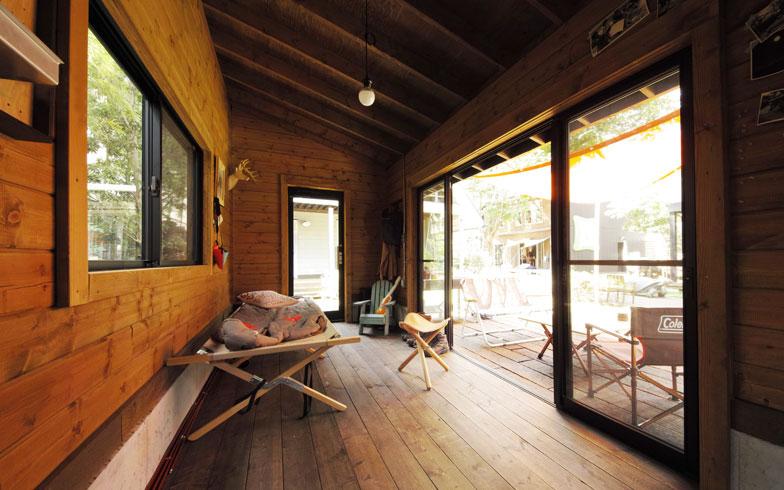 【画像4】小屋の奥行は2.1mだが、大きな開口部を通じてアウトドアの魅力を楽しめる「IMAGO-R」内観(写真提供/BESS)