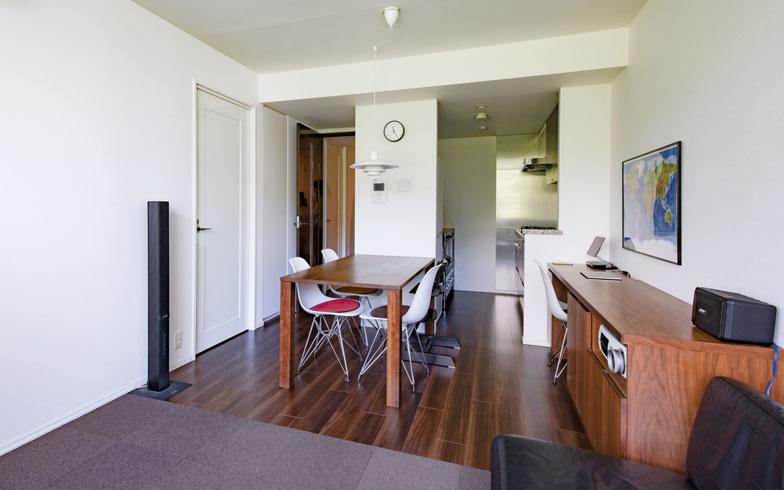 【画像1】床に近い家具類は、濃いブラウンとブラックで統一。4歳の息子さんが遊ぶスペースに敷いた「タイルカーペット」も、床の色に近い濃い色に。目線が少し高くなる椅子や照明の色は壁の色と同じホワイトをセレクト(写真撮影/片山貴博)