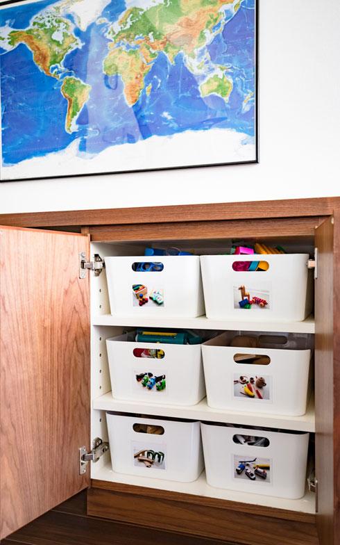 【画像2】カラフルなおもちゃは中身が透けて見えないボックスに収めれば、扉を開けっ放しにしていてもすっきり見えます。子どもが自分で出し入れできるよう、ボックスにはおもちゃの写真を貼り付けて(写真撮影/片山貴博)