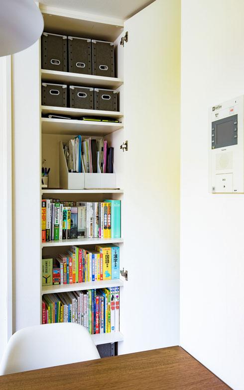 【画像4】棚板が少ないと無駄な空間ができてしまうため、収納したいものに合わせて棚板を追加。ダイニングスペースに書類や文具の収納場所を確保することで、テーブルのうえが散らかりづらくなります(写真撮影/片山貴博)