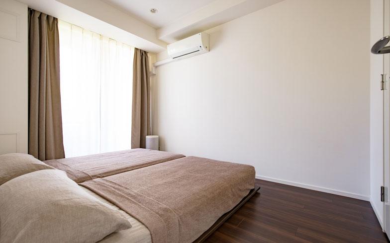 """【画像9】寝室のベッドは、セミダブルとシングルの2台。「無印良品」の木製フレームの""""脚""""を外し、すのこベッドのようにして使うことで、子どもの転落によるけがを防止(写真撮影/片山貴博)"""
