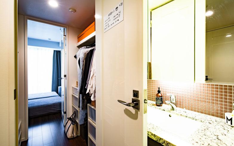 【画像11】夫婦それぞれが洗濯をするため、どちらかが寝ている時間帯に洗濯機を使うことも。「寝室と洗面所が直接つながっていると洗濯機の音が耳障りですが、クローゼットをはさむ間取りなので、お互い気兼ねなく洗濯できます」(写真撮影/片山貴博)