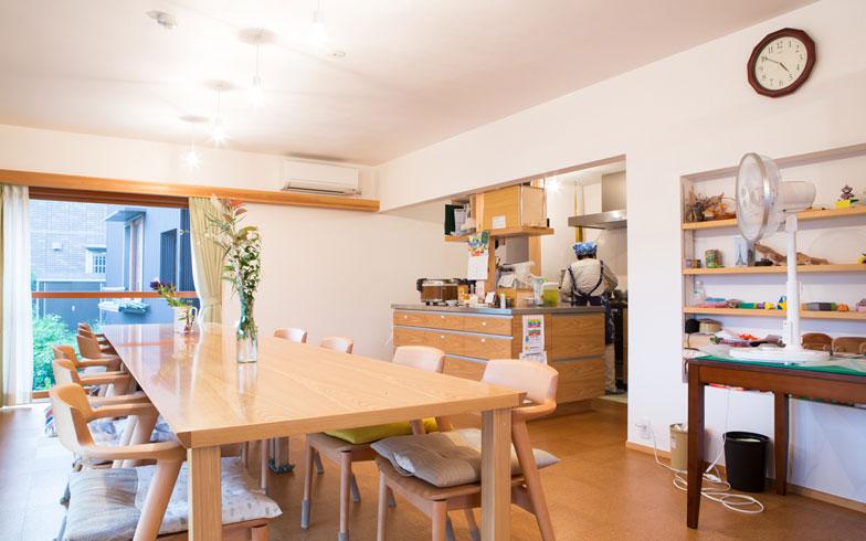 【画像7】皆が集まるダイニング&キッチンは、優しいコルクの床(写真撮影/片山貴博)