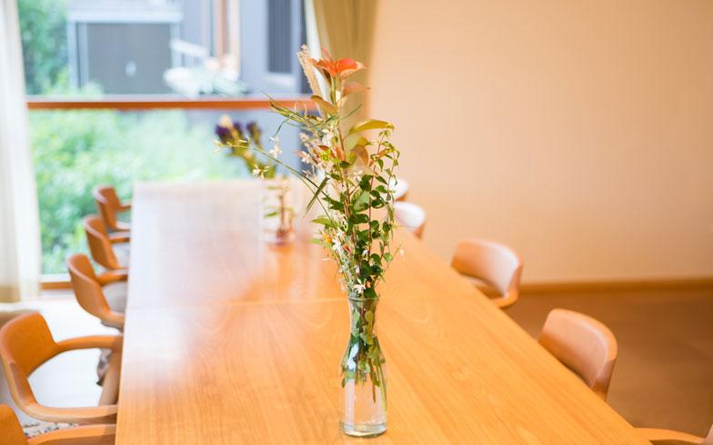 【画像8】テーブル&チェアも木製でデザインの良いものが使われていた。さりげない花が日常を飾る(写真撮影/片山貴博)