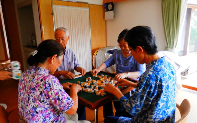 【画像14】麻雀会は毎日のように!入居して麻雀を始めた方も熱心に楽しまれている(写真提供/おでんせ中の島)