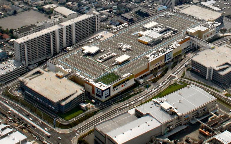 【画像1】ららぽーととしては13番目にオープン。開業に合わせてバスルート・バス停も新設された。施設周辺では分譲マンションや病院の建築、戸建住宅の開発も進められており、新たな街「LaLa City湘南平塚」が平塚市の中心部に創出されることになる(画像提供/三井不動産)