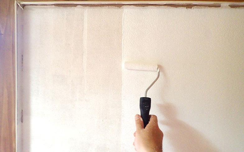 【画像4】一度塗りでは砂壁が透けていましたが、二度塗りをすることで白い壁へとリニューアル(写真撮影/玉置豊)
