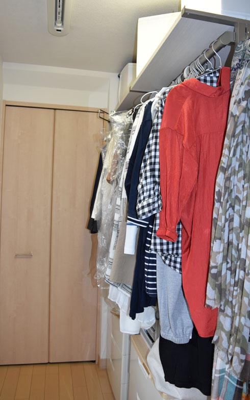 【画像3】ファミリークローゼット内の夫用スペース。バッグは左下が定位置です(写真撮影/SUUMOジャーナル編集部)