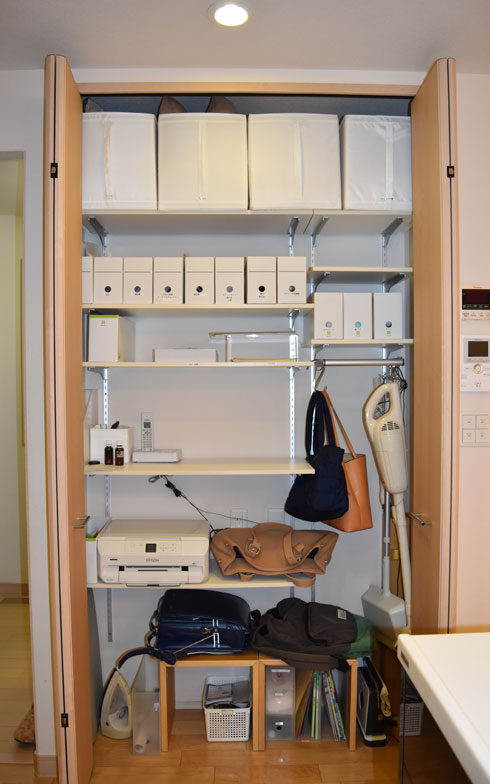 【画像5】リビング収納は掃除機やアイロン等の家電、日用品、電話やプリンターがあるほか、バッグ置場にも。必要なときにすぐ取り出せる位置です(写真撮影/SUUMOジャーナル編集部)