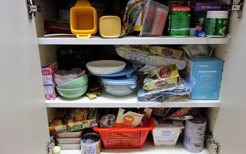 【画像2】筆者のキッチンの収納棚のひとつ。食品のストックと食器類、調理道具が混在(撮影/住宅ジャーナリスト・山本久美子)