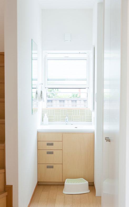 【画像6】1階の階段脇の洗面所。自然光が入り、清潔感のある空間に(写真撮影/片山貴博)
