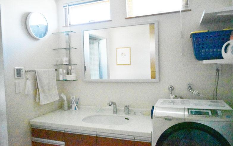 【画像8】[Before]鏡の位置が高いため子どもが鏡を見ることができないほか、壁の汚れも気になっていた(写真提供/Oさん)