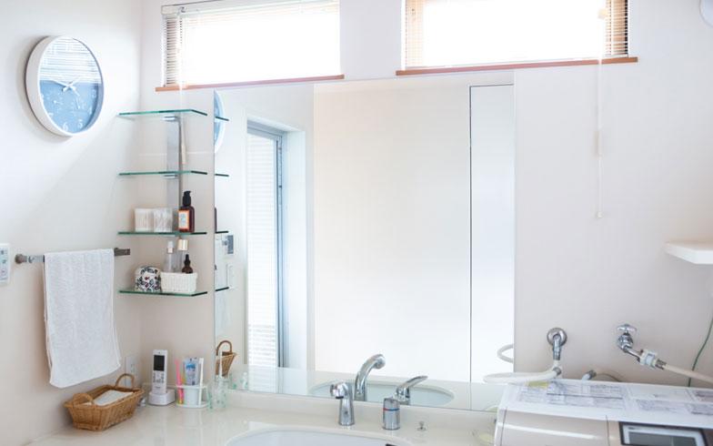 【画像9】[After]洗面所のガラスは大きく、クロスは汚れにくいものに変更。室内に洗濯物干し・冷暖房もつけ、室内干しも可能に(写真撮影/片山貴博)