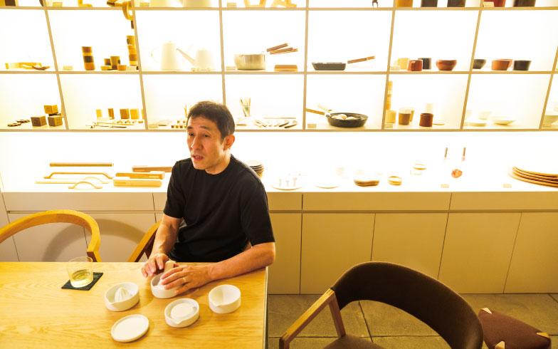 【画像1】東京・国立市にある「こいずみ道具店」。自身のデザインを伝える場として開設した。築50年の靴店兼住居をリノベーションしたもので、棚にキッチンウェアや小物が並ぶ(写真撮影/上條泰山)