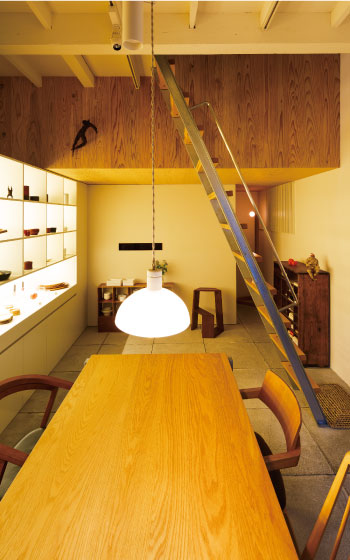 【画像2】こいずみ道具店は敷地10坪の小さな建物だが、地下から小屋裏まで計6層の空間がパズルのように入り組む楽しいつくり。ハシゴひとつとっても、前傾姿勢をとれるよう角度をつけた踏み板、手すりの握り心地など、細部まで丁寧に設計されている(写真撮影/上條泰山)