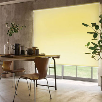 【画像4】スッキリとスマートな印象のロールスクリーンは美容室やレストランでの使用率が高いそう(画像提供/ニチベイ)