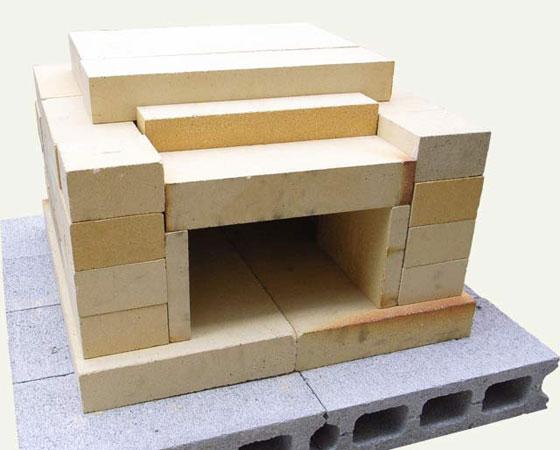 【画像4】「耐火レンガ製家庭用ミニ石窯キット」は簡単に設置でき、分解収納もできる。アレンジ自由で入門者にはおすすめ。※下のコンクリートブロックは付属しない(写真提供/石谷林業薪クラブ)