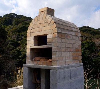 【画像6】そーたろさんがつくり上げたオリジナルの石窯。自然の風景にとけこみ、素人とは思えない仕上がり(写真提供/そーたろさん)