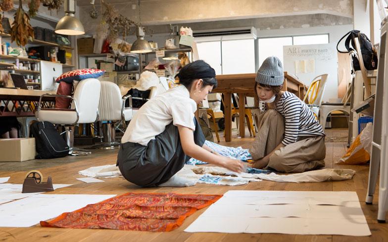 【画像6】4階の半分は工房スペース。アートディレクターが結婚式で使う小物を制作している。装飾品なども全て手づくりなのだそう。東急ハンズとかで買うんじゃないのね(撮影/片山貴博)