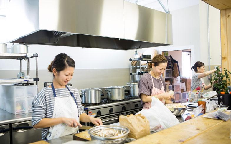 """【画像10】厨房を預かるダイニングチームのみなさん。「食事を提供するというより""""みんなの健康を守る""""のが仕事。料理だけでなく健康診断の手配や体調についての相談も受けます」とのこと。社員にとって「保健室」みたいな存在なんだそう(撮影/片山貴博)"""