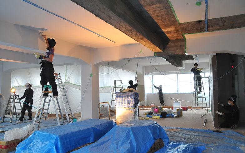 【画像11】壁や天井の塗装は全て自分たちの手で行った(写真提供/CRAZY)
