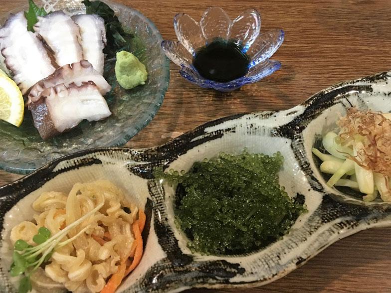 【画像3】ミミガー、海ぶどう、島らっきょうの「沖縄三種盛り」と島ダコ(写真撮影/榎並紀行)