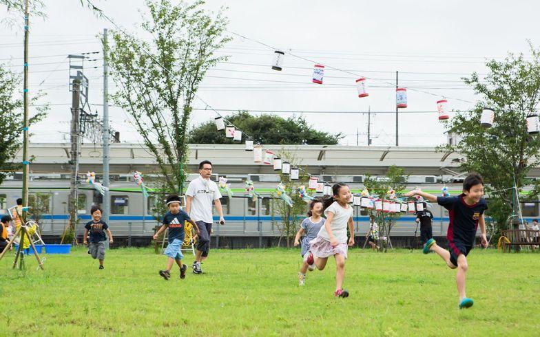 【画像2】お手伝いもそこそこに追いかけっこ。よいよい、子どもは遊ぶのが仕事よ(写真撮影/片山貴博)