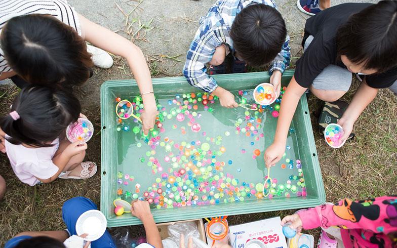【画像5】そうこうしているうちにお祭りが開幕。子どもたち一番人気の出店は意外にも「スーパーボールすくい」(写真撮影/片山貴博)