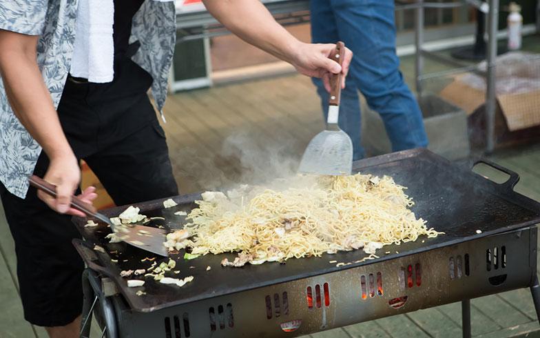 【画像6】焼きそばの屋台も。ちなみに焼いている方は「焼きそばの達人」とのことで、食べてみたら本当にうまかった(写真撮影/片山貴博)