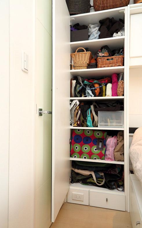 【画像6】鏡裏には、かみてさんのバッグコレクションをまとめて収納。最上段から、ブランドもののバッグ、ビーズ付きのパーティー用バッグやポーチ、小さめバッグ、下3段は使用頻度の高いものから順にA4サイズが収まる大きめバッグを(写真撮影/飯田照明)