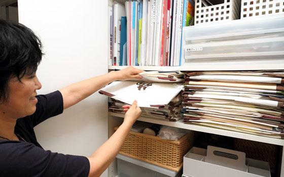 【画像9】帯はあえて1枚ずつ「たとう紙」に包み、重ねて収納しています。「たとう紙」に包むことで、必要な帯をするりと引き出すことが可能に。ラベリングしておけば探すのもスムーズです(写真撮影/飯田照明)