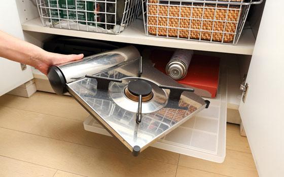 【画像10】ダイニングスペースの近くにある収納場所なので、食卓で使うガスコンロもここに収納。トレーの上にコンロを乗せておけば、トレーを引き出すだけで取り出せる上、戻す負担も最低限ですみます(写真撮影/飯田照明)
