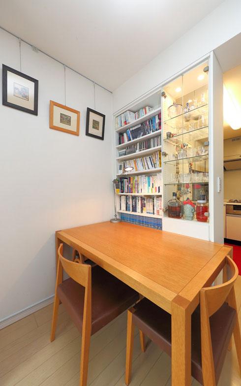 【画像12】普段は壁に付けているダイニングテーブルを、来客時は部屋の真ん中に移動。テーブル下に隠れている2脚のスタッキングチェアを出せば、大人4人が座ることができます(写真撮影/飯田照明)