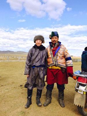 【画像4】左が伊藤さん。モンゴルツアーも今年で10年目。できるだけ現地の暮らしに近いことが体験できる、参加者がユニークで各自の特技をモンゴル人に披露するのもツアーのおもしろさだ。なかなか美容室に行けない遊牧民のために美容師さんが髪を切ってあげたこともあるという(画像提供/伊藤洋志)