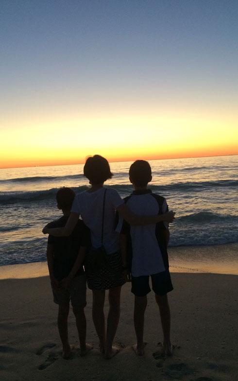 【画像2】パースは海沿いの街。自宅から車で5分ほど走れば、海に着くという。「近所の浜で、息子たちと夕日を眺めることもあるんですよ」(写真提供/小島慶子さん)