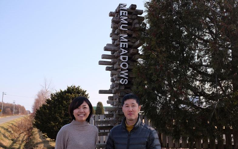 【画像8】メム メドウズを案内してくれたのは、管理人の久保さんと(右)、地域おこし協力隊の中神さん(左)。メム メドウズの名前の由来を伺うと、「メムはこの地域の地名でアイヌ語で泉のわき出るところ。メドウズは英語で牧草地」と2人は教えてくれた(写真撮影/來嶋路子)