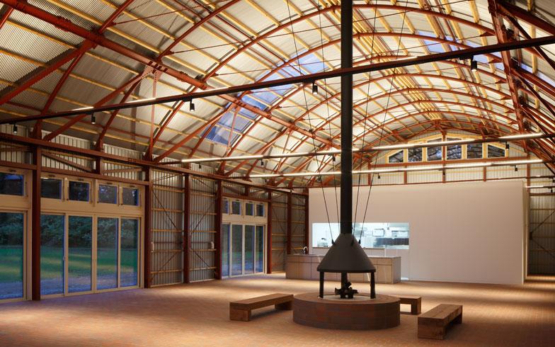 【画像1】スタジオ メム。内部は広々とした空間となっており、多彩なイベントが開催できる。充実したキッチンの設備もあり、料理ワークショップが行われることも(画像提供/LIXIL住生活財団 (C)Kai Nakamura)